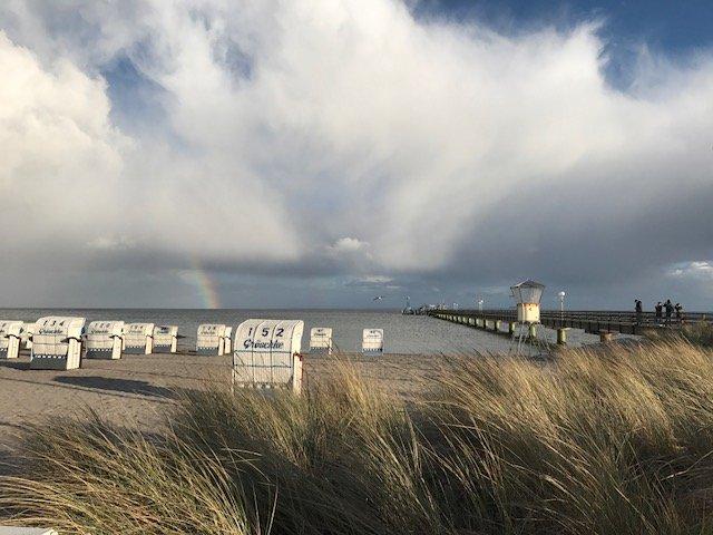 Gromitz Strandkorbe Regenbogen Seebruecke